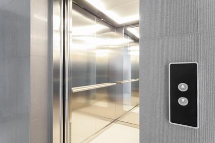 , Petits ascenseurs, la solution pour les petits espaces   photo monte-escalier