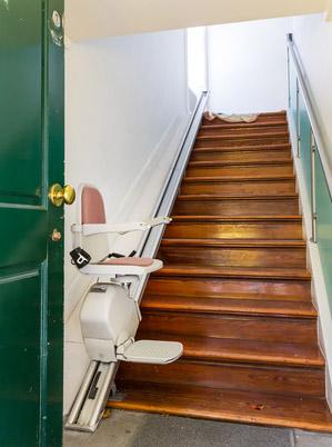Sillas salvaescaleras precios tipos y diferencias for Sillas ascensores para escaleras precios