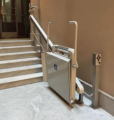 Elevador silla de ruedas para escaleras ascensoresym for Sillas ascensores para escaleras precios