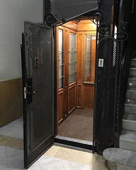 ascensor en un hueco pequeño