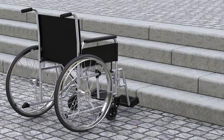 ¿Cómo subir una silla de ruedas por las escaleras?