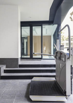 Plateforme monte-escalier déployée